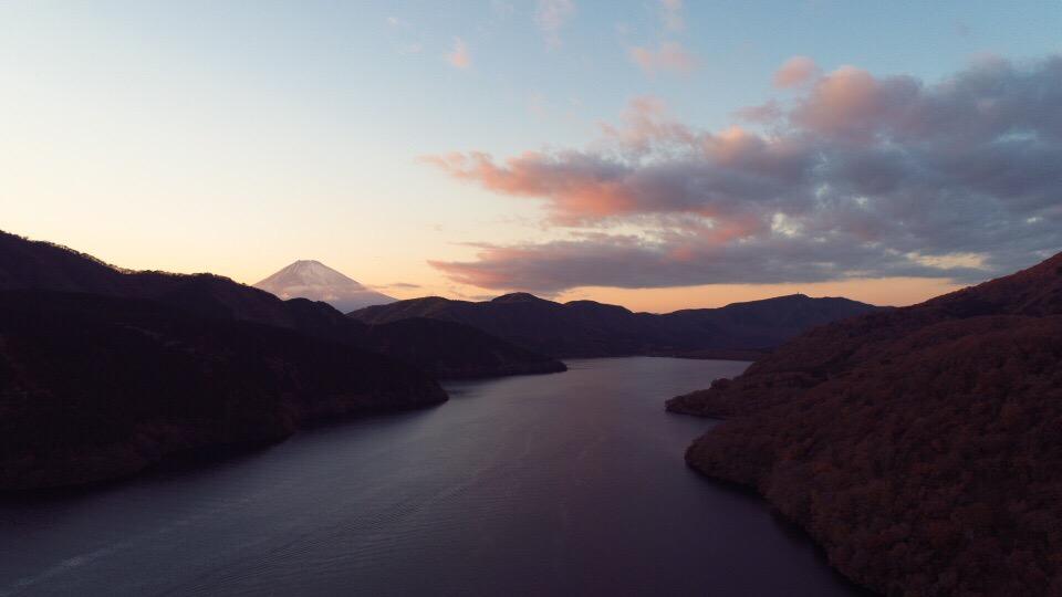 ドローンで赤富士を芦ノ湖から空撮
