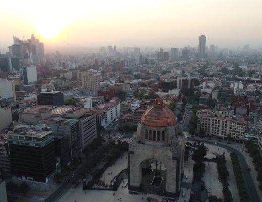 革命記念塔をドローンで空撮