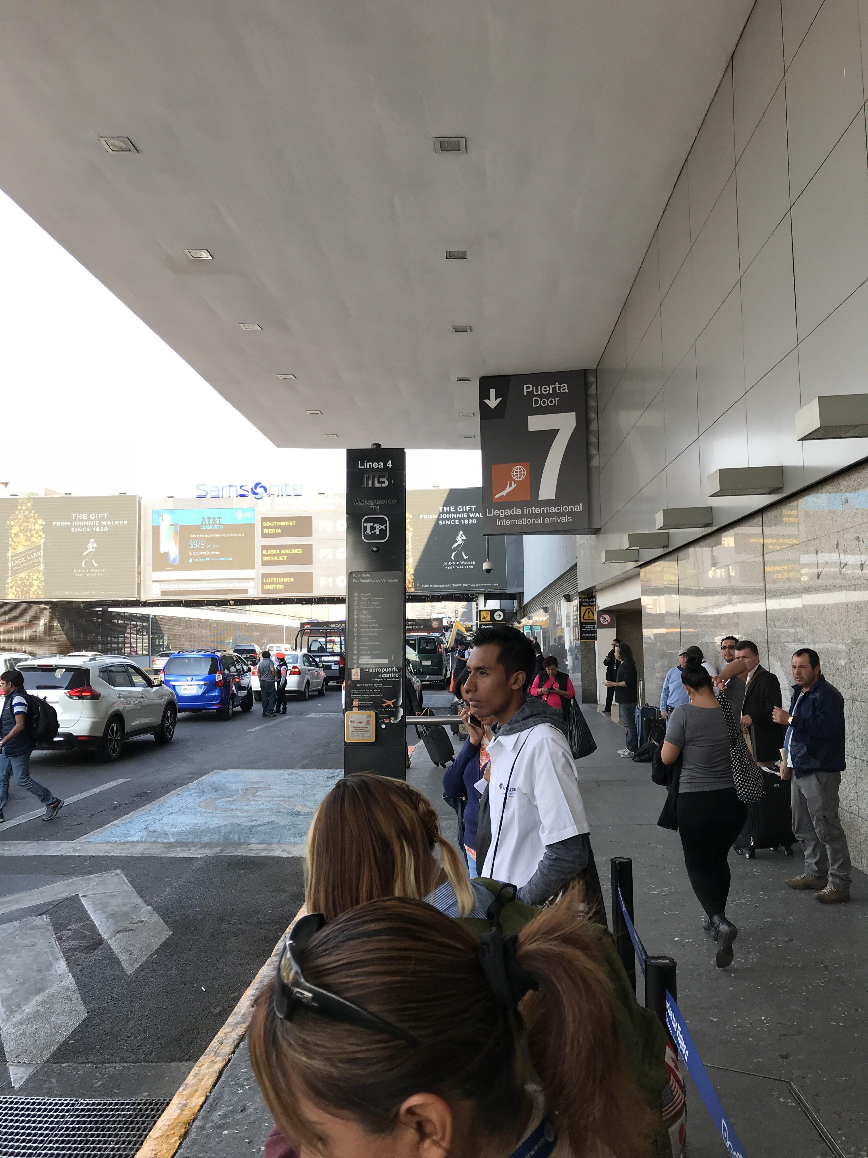 メキシコシティ空港の7番出口バス乗り場