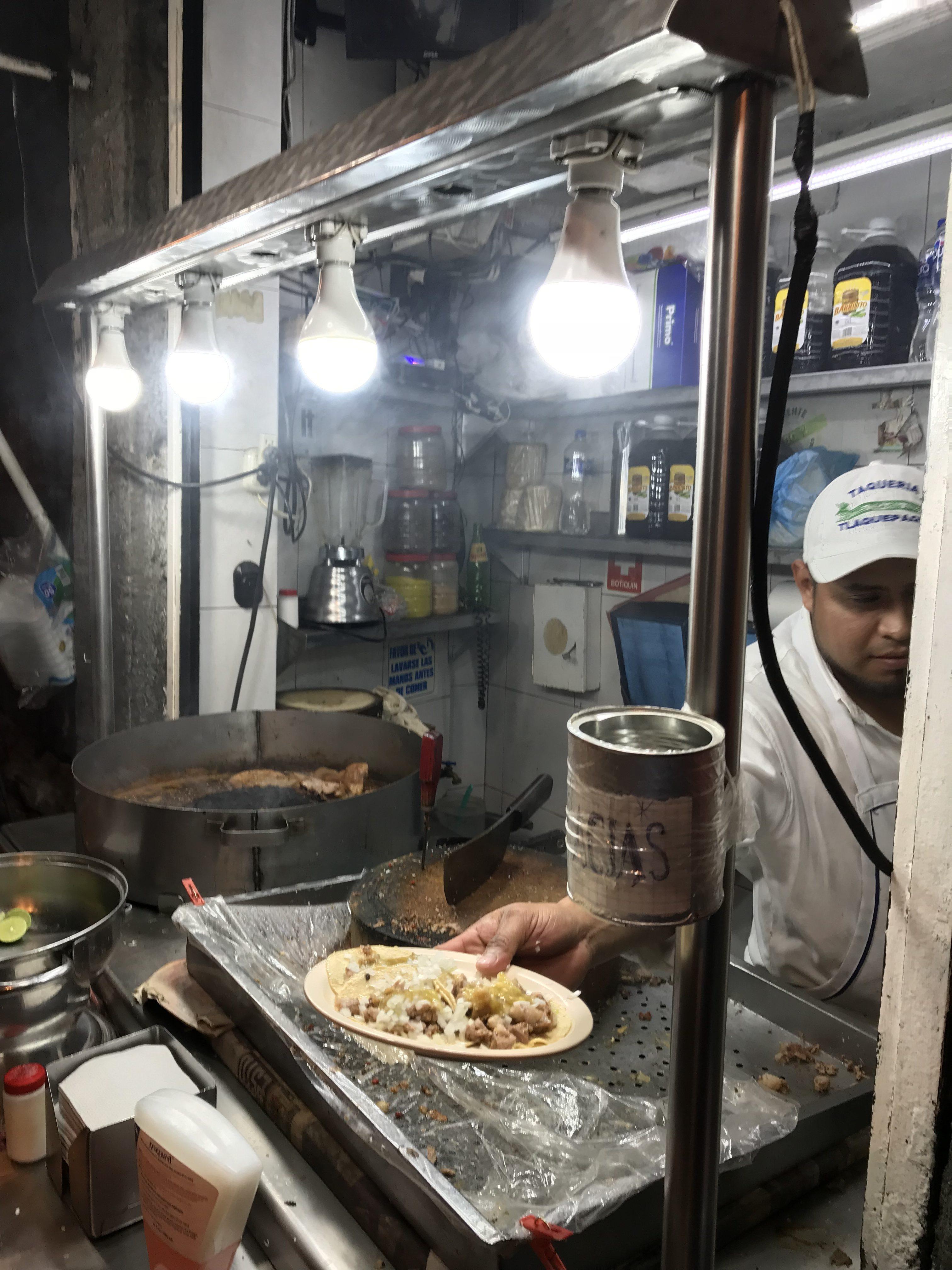 メキシコシティの道端で夜遅くまでやってるタコス屋さん