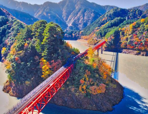 紅葉の奥大井湖上駅をドローンで空撮