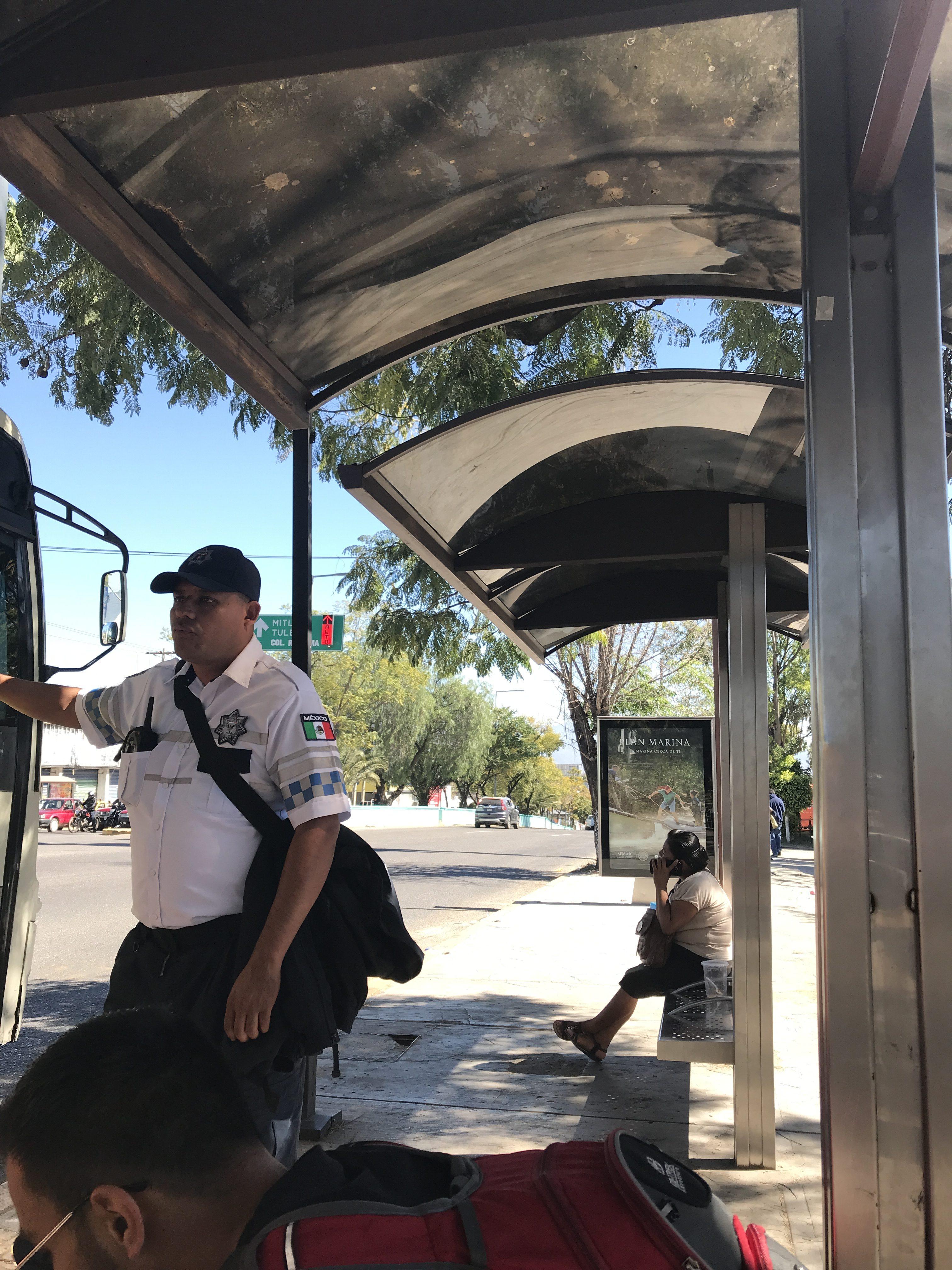 ミトラ行きのバス停にいた警官