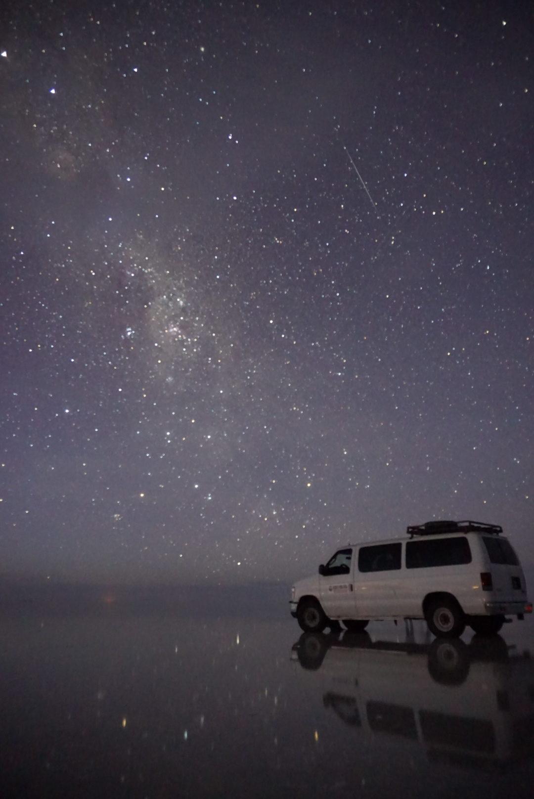 鏡張りの星空に流れ星まで流れるウユニ塩湖