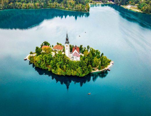 ブレッド湖 上に浮かぶ教会をドローンで空撮