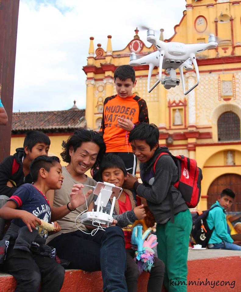 サンクリストバルで子供達に囲まれるドローンカメラマンのチパコプター